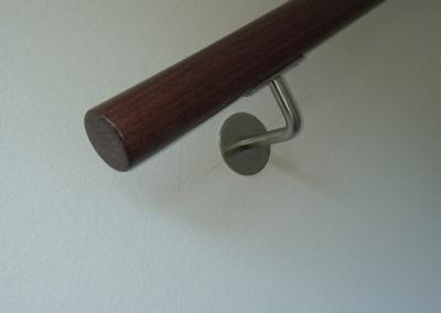 Edelstahlhandlaufkonsole mit rundem, gebeizten Holzhandlauf